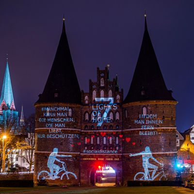 7 Lights of Hope: Lübecks Holstentor leuchtet